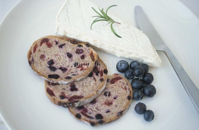 パンとチーズとブルーベリーの写真素材 [FYI03230825]