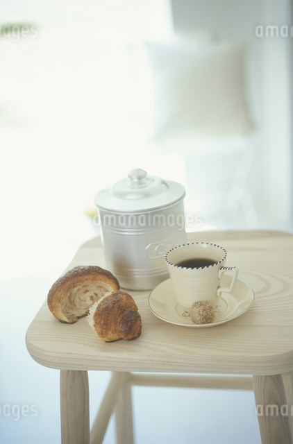 クロワッサンとコーヒの写真素材 [FYI03230826]