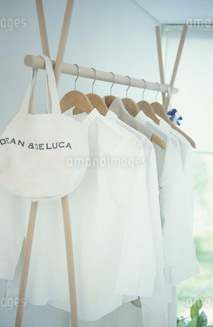 ハンガーに掛けた白いシャツの写真素材 [FYI03230829]