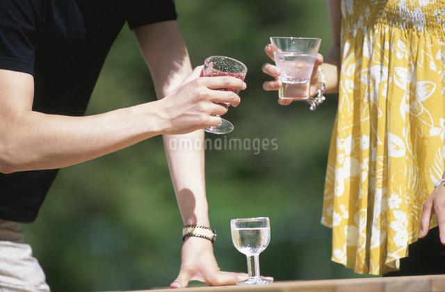 グラスを持つ男性とグラスを持つ女性の写真素材 [FYI03230836]