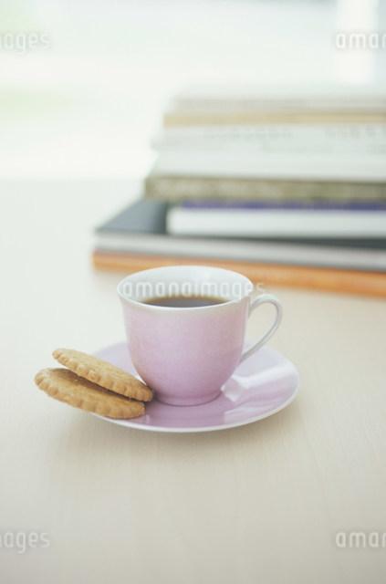 クッキーを添えたピンクのコーヒーカップの写真素材 [FYI03230838]