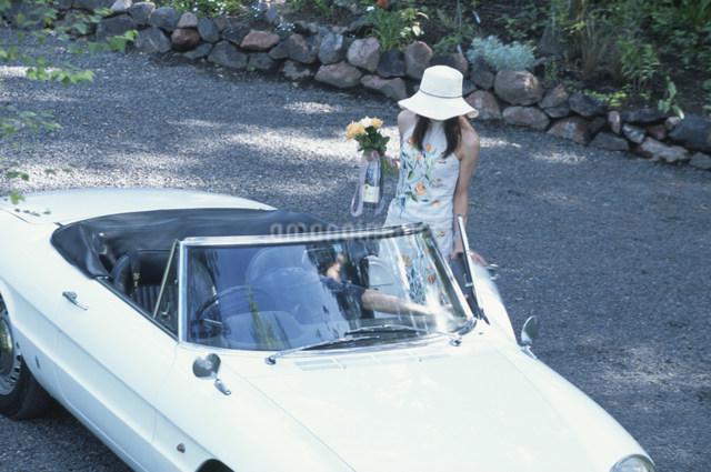 白いオープンカーにのる日本人女性の写真素材 [FYI03230845]