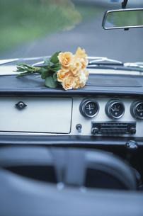 フロントに置いた黄色いバラの花束の写真素材 [FYI03230850]
