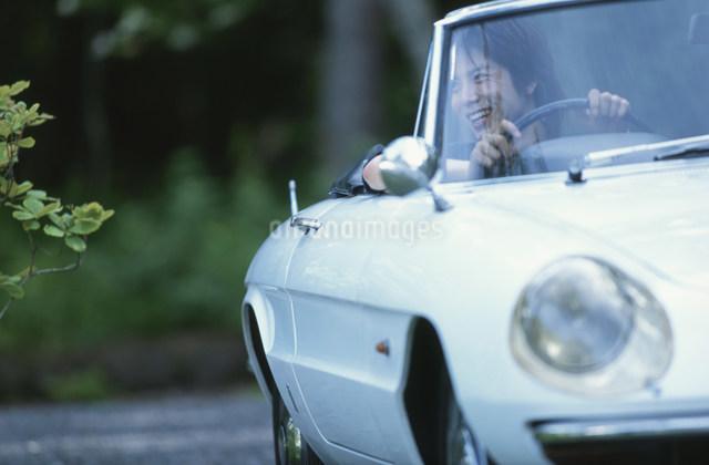 白いオープンカーを運転する日本人男性の写真素材 [FYI03230851]