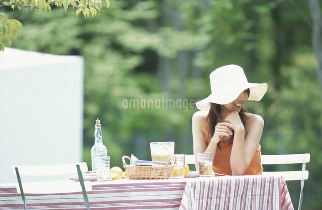 ガーデンテーブルに座る日本人女性の写真素材 [FYI03230852]