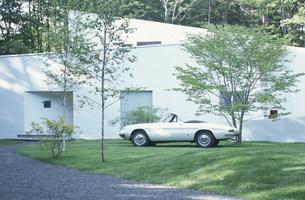家の前に停めた白いオープンカーの写真素材 [FYI03230856]