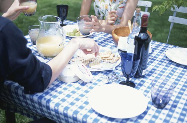 ガーデンテーブルで食事を楽しむ日本人カップルの写真素材 [FYI03230859]
