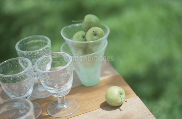 姫リンゴを入れたグラスとワイングラスの写真素材 [FYI03230868]
