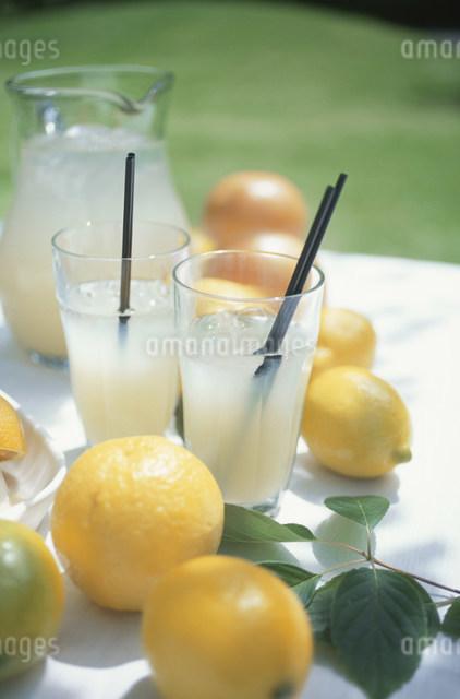 グレープフルーツの果実とジュースの写真素材 [FYI03230871]