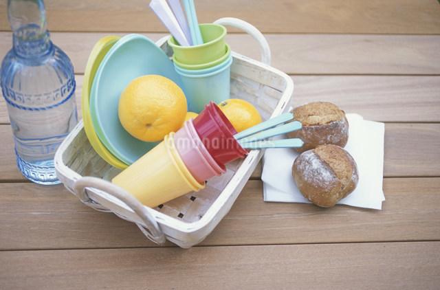 パンとオレンジとプラスチックの食器の写真素材 [FYI03230873]