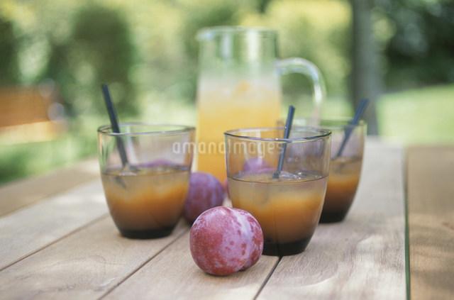 オレンジジュースとプラムの写真素材 [FYI03230875]