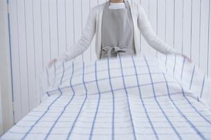 テーブルクロスを敷く女性の写真素材 [FYI03230915]