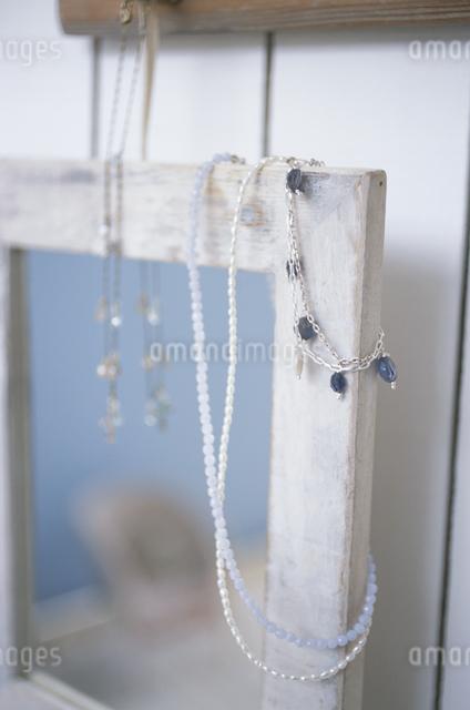 天然石のネックレスと鏡の写真素材 [FYI03230916]