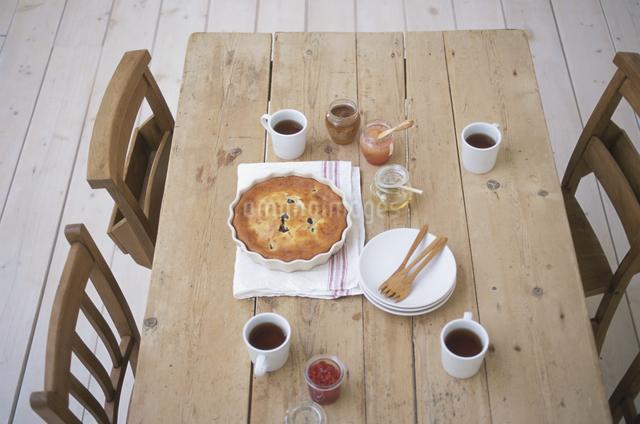 ブルーベリーパンケーキと紅茶の写真素材 [FYI03230918]