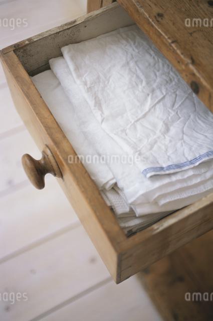 食器棚とキッチン用品の写真素材 [FYI03230950]