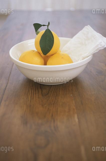 テーブルの上のフルーツの写真素材 [FYI03230963]