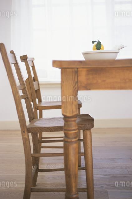 テーブルの上のフルーツの写真素材 [FYI03230969]