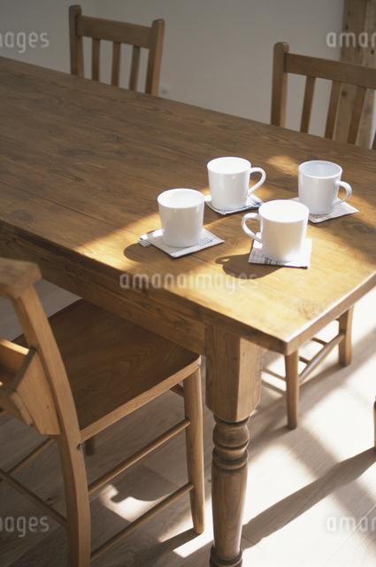 テーブルの上のティーセットの写真素材 [FYI03230980]