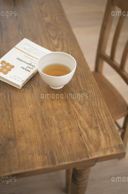 番茶と本の写真素材 [FYI03230993]