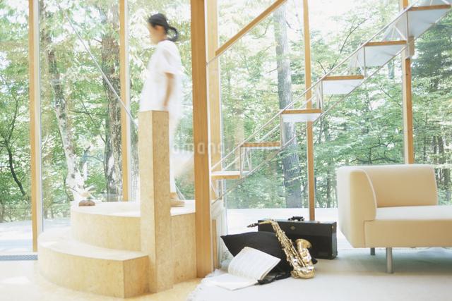 階段を降りる人の写真素材 [FYI03230998]