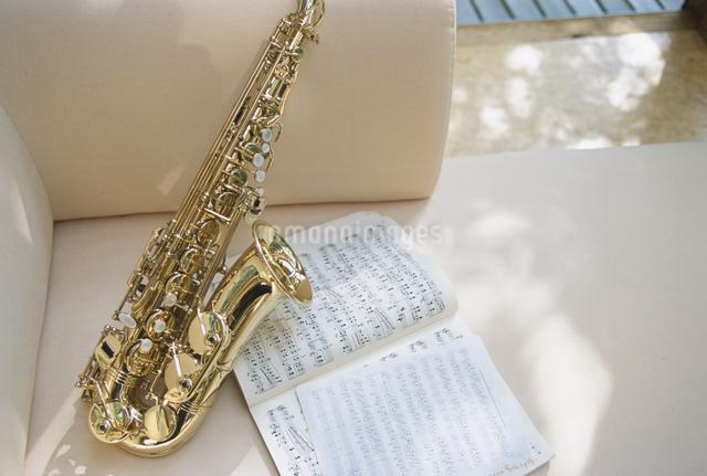 ソファの上の楽器と楽譜の写真素材 [FYI03231004]