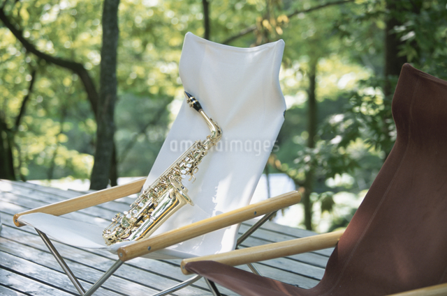 椅子の上の楽器の写真素材 [FYI03231035]