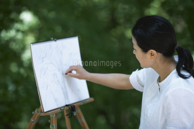 キャンバスに絵を描く女性の写真素材 [FYI03231055]
