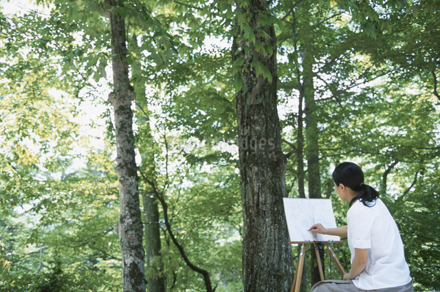 キャンバスに絵を描く女性の写真素材 [FYI03231057]
