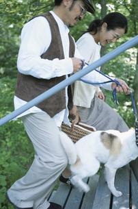 犬と夫婦の写真素材 [FYI03231066]