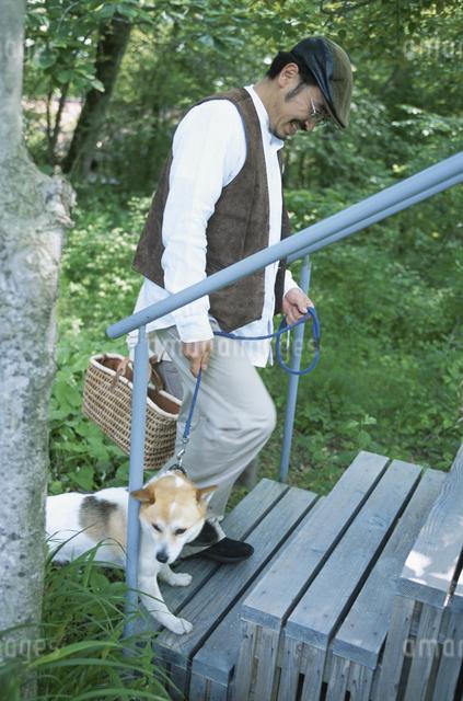 犬と男性の写真素材 [FYI03231070]