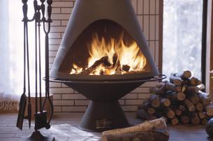 暖炉のあるリビングルームの写真素材 [FYI03231088]