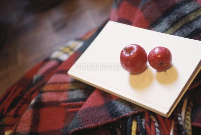 ブランケットとリンゴの写真素材 [FYI03231092]