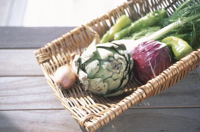 かごの上の野菜の写真素材 [FYI03231098]