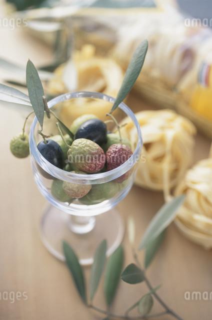 グラスに入ったオリーブの写真素材 [FYI03231144]