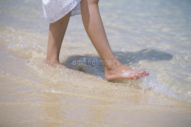 浜辺を歩く女性の写真素材 [FYI03231155]