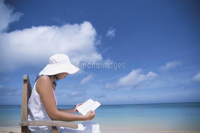 海辺で読書をする女性の写真素材 [FYI03231161]