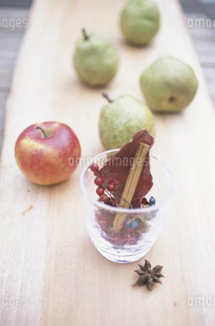リンゴとラフランスとアロマハーブの写真素材 [FYI03231203]