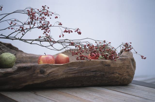 リンゴとラフランスと野バラの実の写真素材 [FYI03231214]