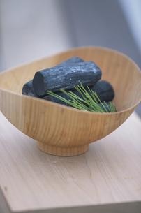 炭とマツの写真素材 [FYI03231236]