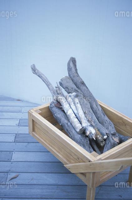 薪と木箱の写真素材 [FYI03231246]