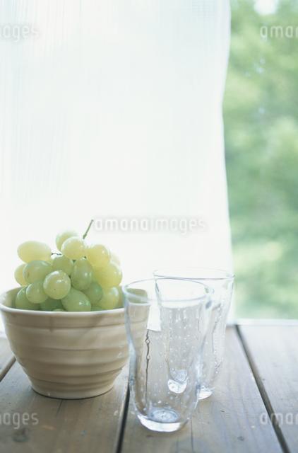 マスカットとグラスの写真素材 [FYI03231275]