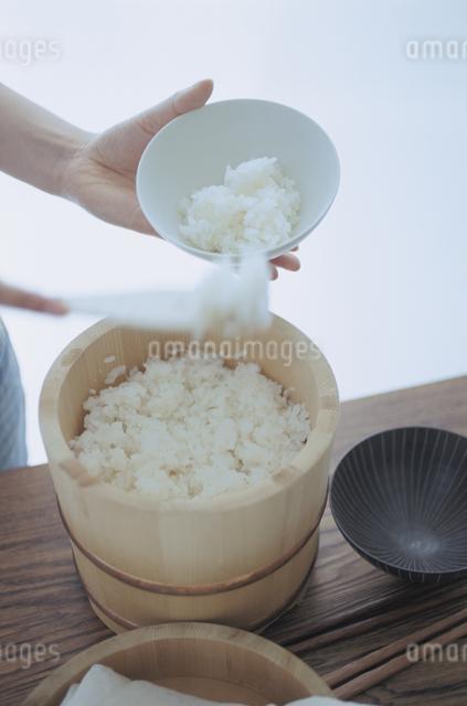 ご飯をよそうの写真素材 [FYI03231369]