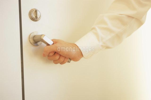 ドアノブをつかむ手の写真素材 [FYI03231377]