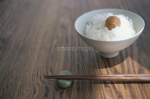 ご飯と梅干しの写真素材 [FYI03231381]