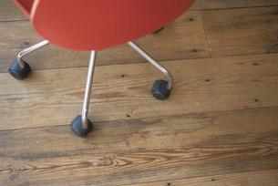 赤いチェアの脚についたキャスターの写真素材 [FYI03231421]