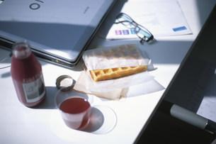 デスクに置いたジュースとワッフルの写真素材 [FYI03231430]