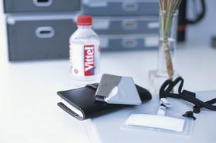 デスクに置いた手帳とカードケースとIDカードの写真素材 [FYI03231432]