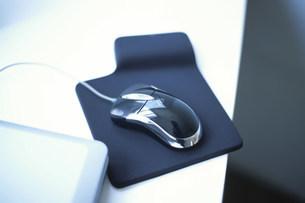 マウスパッドにのせたマウスの写真素材 [FYI03231436]