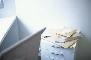 引出しの上に置いた郵便物と鋏の写真素材 [FYI03231443]