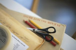 郵便物と鋏と二色のペンの写真素材 [FYI03231446]